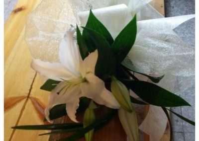 bancos con flor para bodas,en floristeria trebole en pola de laviana en la cuenca del nalon en asturias