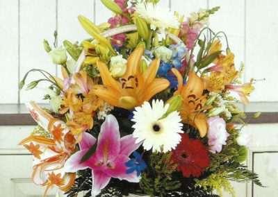 cesta de flor variada ,gerberas, liliums,diferentes verdes,precio en floristeria trebole en pola de laviana en la cuenca del nalon en asturias