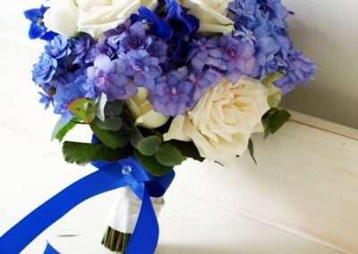 Ramo de novia con rosas y hortensias en tonos azules en floristeria trebole en pola de laviana en al cuenca del nalon en asturias