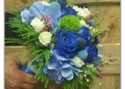 ramo de novia de rosas azules y hortensias en floristeria trebole en pola de laviana en la cuenca del nalon en asturias