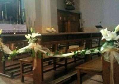 banco de iglesia decorado para boda en floristeria trebole en pola de laviana en la cuenca del nalon en asturias