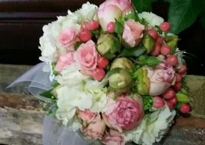 Ramo de novia ,composición realizada con hortensias blancas,rosa spray e hipericum,en floristeria trebole,en pola de laviana,en la cuenca del anlon en asturias