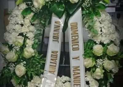 corona blanca para funeral,en floristeria trebole en pola de laviana en la cuenca del nalon,en asturias