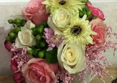 ramo de novia 30 tipo bouquet romantico,con rosas vendela ,en floristeria trebole en pola de laviana ,en la cuenca del nalon en asturias