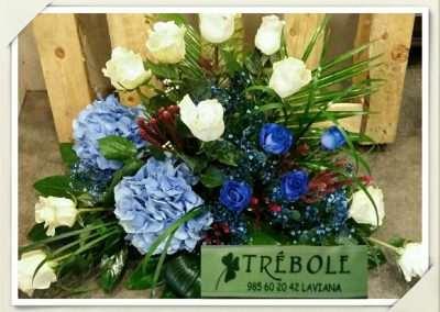 Centro funeral rosas azules y hortensias en floristeria trebole en pola de laviana en la cuenca del nalon en asturias