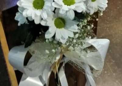 flores para decorara bancos de iglesia ,bodas en floristeria trebole en pola de laviana en la cuenca del nalon