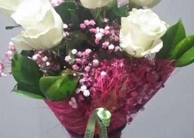 ramo de rosas blancas para regalo,en floristeria trebole en pola de laviana en la cuenca del nalon en asturias