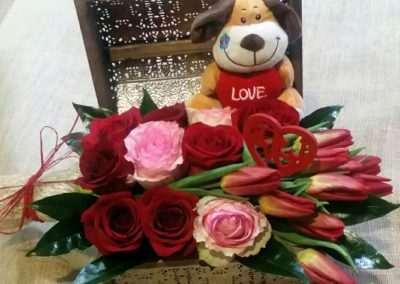 caja de rosas y tulipanes. en floristeria trebole en pola de laviana en la cuenca del nalon en asturias