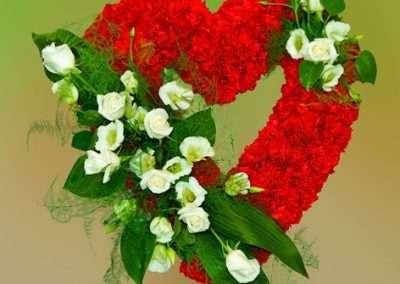 corazon de flores para funeral en floristeria trebole en pola de laviana la cuenca del nalon asturias coronas ,ramos , centros corazones y cruces para funerales.