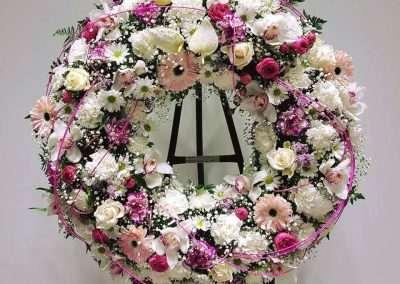Corona variada. Consultar preciocorona variada para funeral,en floristería trebole en pola de laviana en asturias